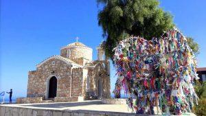 Вид на церковь и искусственное дерево желаний, Церковь Пророка Ильи, Протарас, Кипр