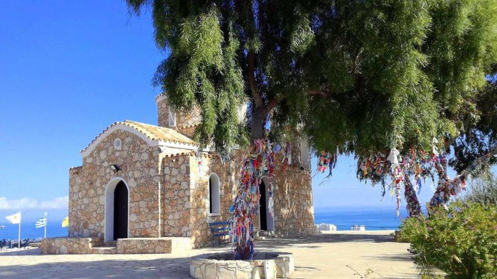 Дерево желаний возле церкви, Церковь Пророка Ильи, Протарас, Кипр
