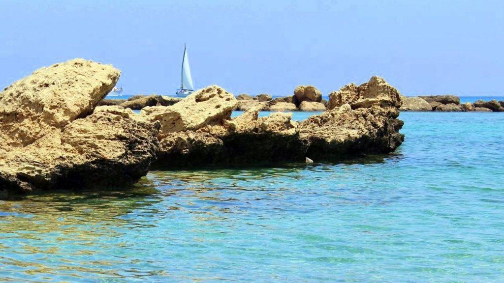 Скалистые выступы, окружающие бухту пляжа Ломбарди, Пляж Ломбарди, Протарас, Кипр