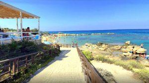 Дорожка к пляжу мимо кафе, Пляж Ломбарди, Протарас, Кипр