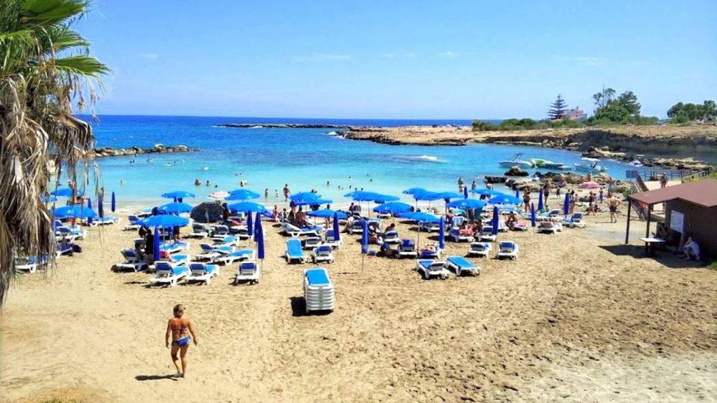 Шезлонги и зонтики, Пляж Ломбарди, Протарас, Кипр