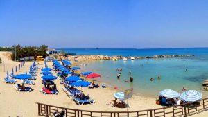 Шезлонги на пляже, Пляж Ломбарди, Протарас, Кипр