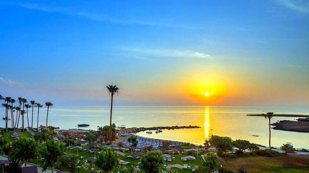 Бухта пляжа со стороны отеля, Пляж Ломбарди, Протарас, Кипр